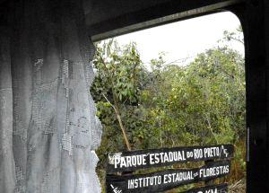 Admirando a placa do Parque Estadual do Rio Preto