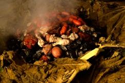 Renato Weil/A Casa Nômade- 2017.Ilha de Chiloé.Ancud.CL.Restaurante Meson Chilote. Prato Curanto,marisco,Batatas e carnes cozidos na pedra.